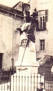 """Ecco com'era nel 1914 il monumento eretto in onore del ten. col. Vittorio Ferrero che nei moti del 1821 """"propugnò con l'opera, fecondò col sangue le speranze auguste d'Italia""""."""